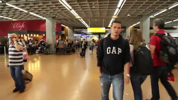 Cestující procházet letiště Guarulhos v Sao Paulu