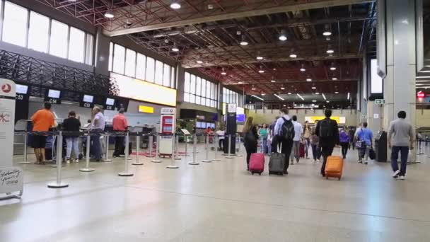 Cestující projít skrz Guarulhos Airportin Sao Paulo