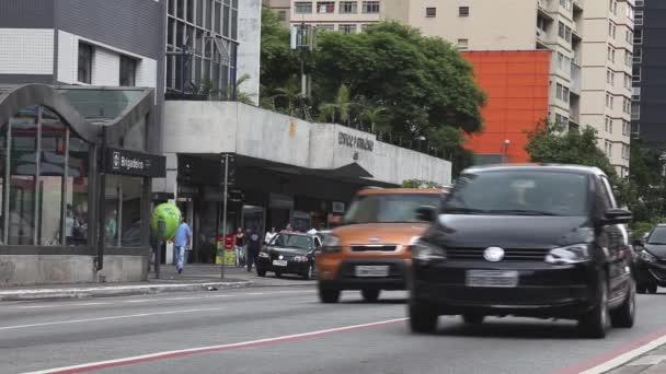 provoz na ulici v těsné blízkosti paulista avenue v sao Paulu