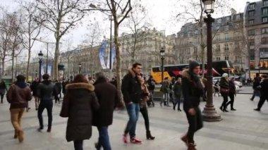 Beroemde Mensen In Parijs.Mensen Lopen Via De Champs Elysees Avenue In Parijs Parijs