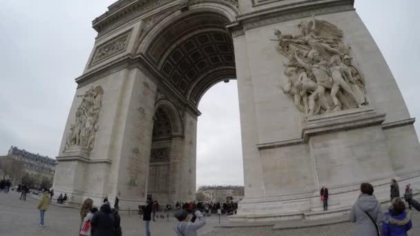 Den berühmten Arc de Triomphe in Paris