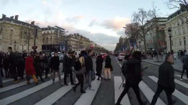 Beroemde Mensen In Parijs.Mensen Op De Beroemde Champs Elysees In Parijs Stockvideo