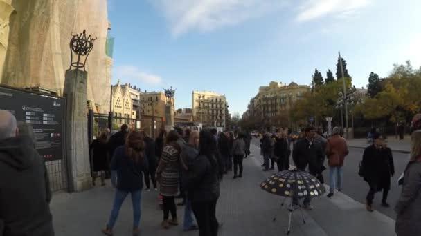 turistů mimo chrámu la sagrada familia v Barceloně