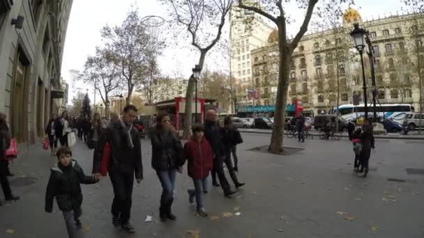 az emberek gyalog a passeig de gracia utcában Barcelona
