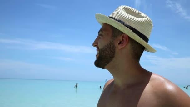 Turista felice sulla spiaggia