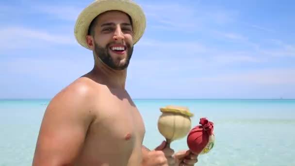uomo danza sulla spiaggia