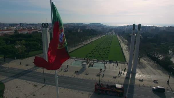 Portugál integetett zászló tetejére az Eduardo Vii Park, Lisszabon, Portugália