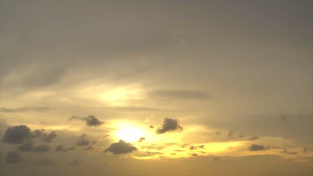 Cielo di tramonto e nuvoloso