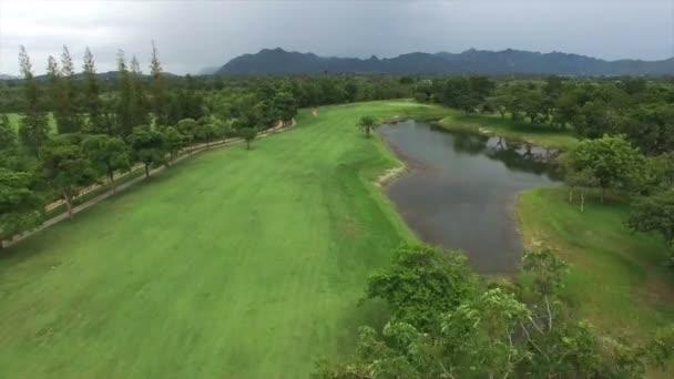 letecké video z golfového hřiště