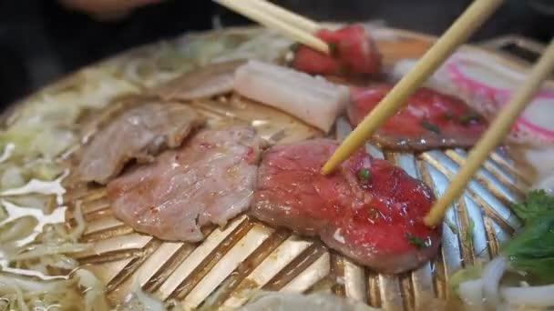 grilování masa na grilu