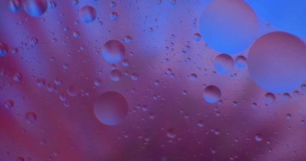 Ropy klesne, plovoucí ve vodě nad barevné underground se olejomalba. Záběr na červené