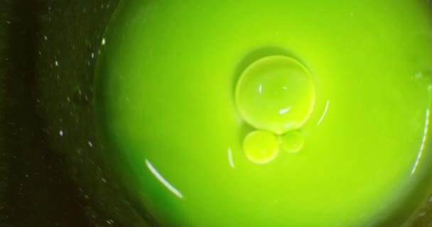 Kapky barvy plovoucí nad barevné pozadí s efektem olejomalba