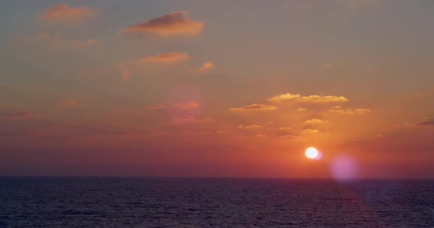 Splendido tramonto mediterraneo, onde blu e giallo-rosa tramonto. Nel cielo volare un aquilone triangolare