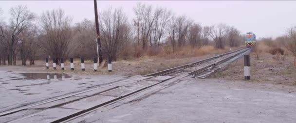 Žluté a modré staré osobní vlak kolem vysokou rychlostí