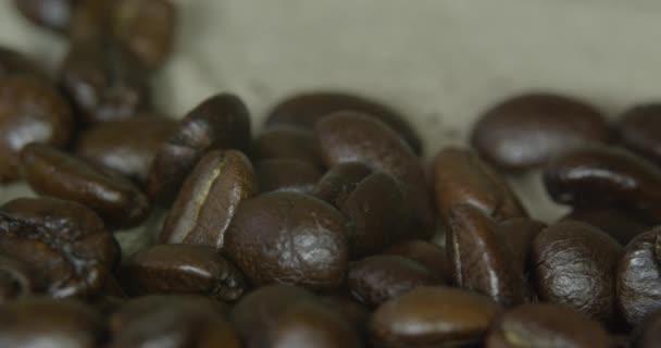 Hnědá kávová zrna, close-up ze zrnkové kávy pro pozadí a textury