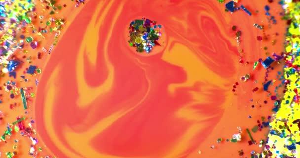 Barva kapky plovoucí v oleji a vody přes barevné underground se olejomalba. Záběr na červené