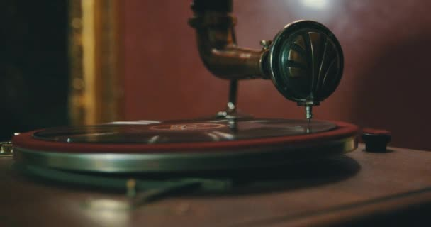 Starý gramofon hraje vinyl disk closeup