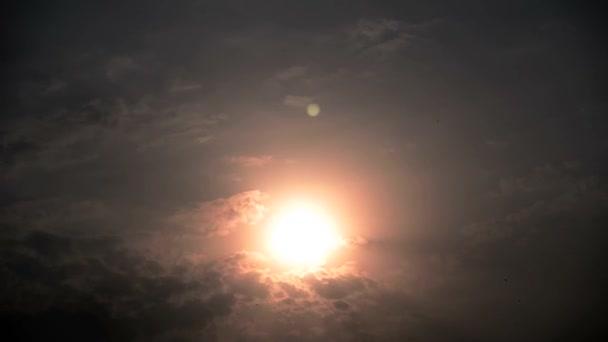 Gyönyörű lenyugvó nap mögött a felhők