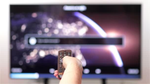 ruka se změní kanály na Tv dálkové ovládání