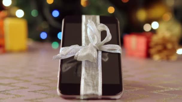 Smartphone s vánoční dárky a dekorace