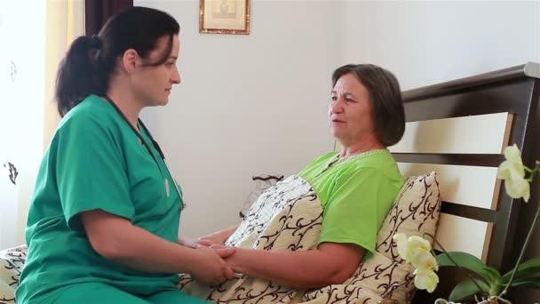 starší žena mluvila s její domácí pečovatel