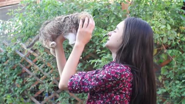Dospívající dívka si hraje s štěně