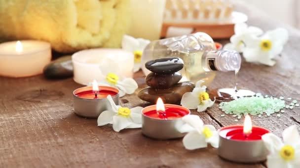 Lázně zátiší masážní olej, ručník, kameny a květiny