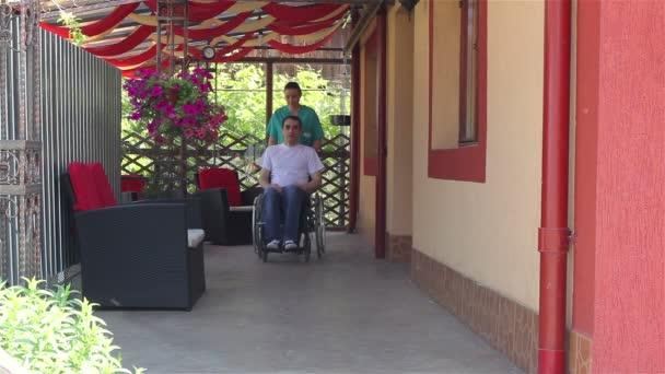 Zdravotní sestra s mužský pacient na vozíku