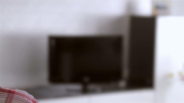 Ember tévénézés a nappali szobában