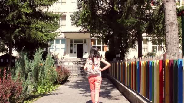 Mladá dívka s batohem jede zpátky do školy