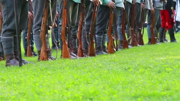 Zeile der Soldaten mit Waffen