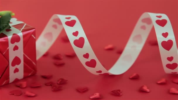 Červené růže a čokoládové bonbony pro den svatého Valentýna