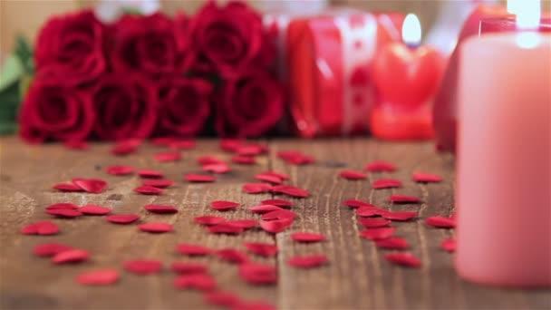 Vörös rózsa és ajándék doboz fából készült háttér