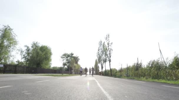 čtyři důchodci na kole po silnici