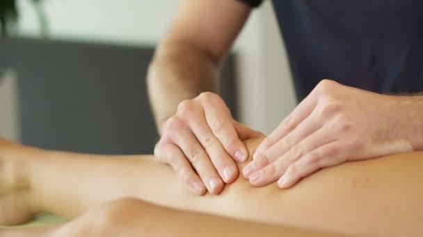 Fyzioterapeut dělá terapie