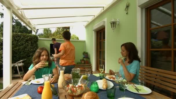 matka a děti sedí u stolu