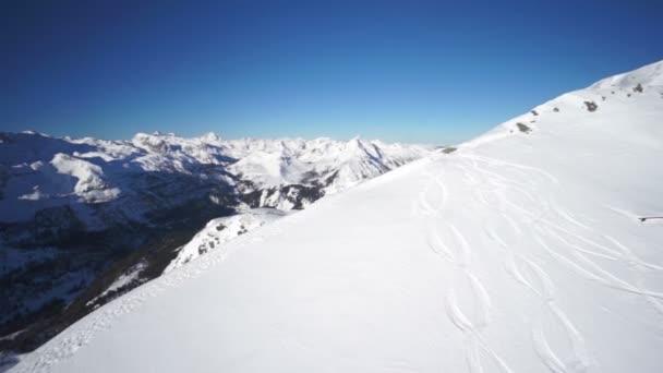 létání nad sněhem pokryté hřeben na modrou oblohu