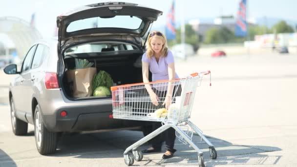 těhotná žena uvedení věci do auta