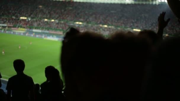 Fußball-Fans im Stadion nach einem verpassten Tor