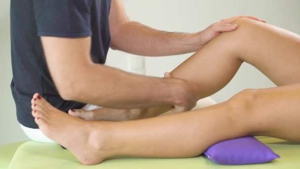 Fyzioterapeut dělá masáž