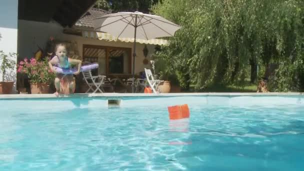 roztomilá dívka, která skočila do bazénu