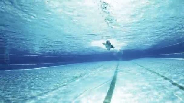 plavec stylu procházení pod vodou