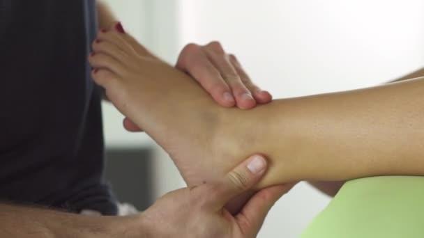 Fyzioterapeut dělá rehabilitační masáž