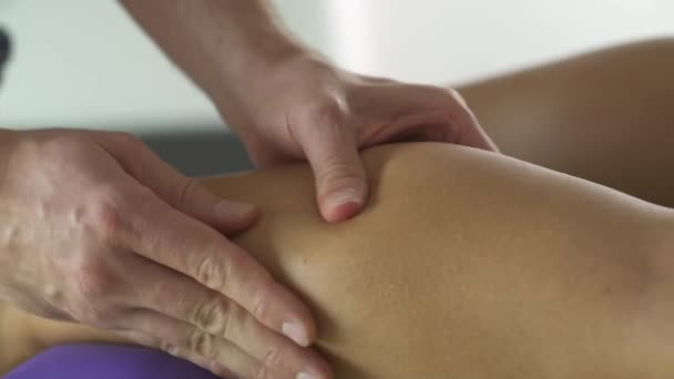 fyzioterapeut při nižší nohy masáž