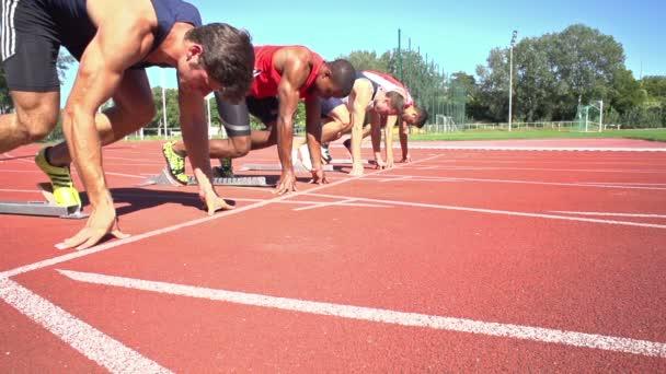 Zpomalený pohyb čtyři běžci na začátek