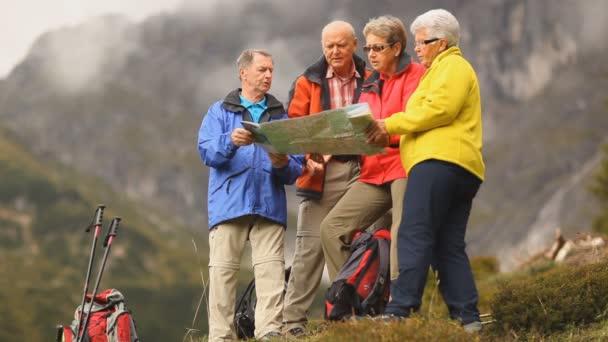 čtyři starší turisty při pohledu na mapu