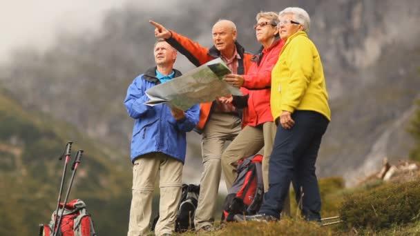 čtyři starší turisty při pohledu do dálky