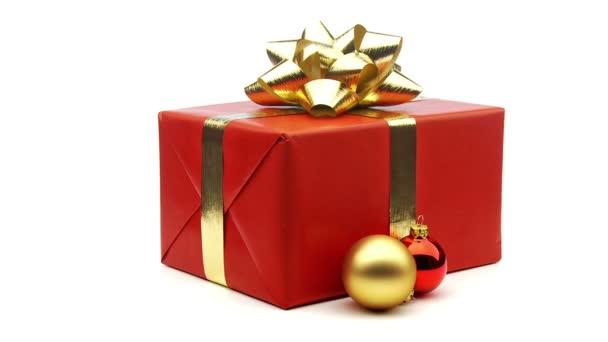 červené vánoční dárek s míčky