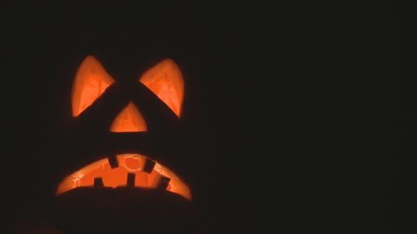 zucca di Halloween con candele