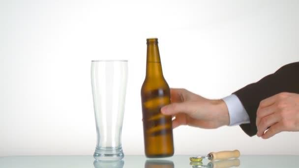 férfi kezében sörösüveg megnyitása